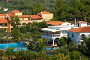 3 нощувки със закуски и вечери в хотел Kamari Beach 3*, о.Тасос през Май и Юни!